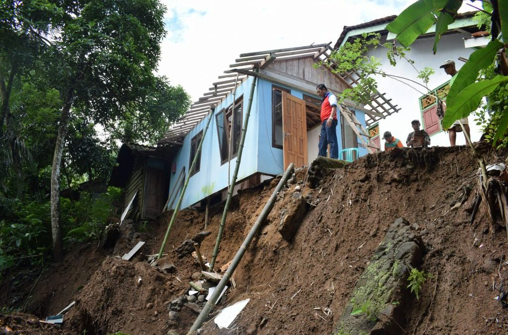 Hujan Deras di Desa Panda Akibatkan Tanah Longsor dan Jalan Ambles